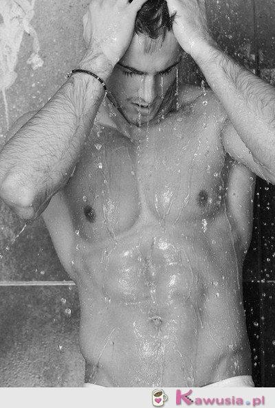 Przystojniak pod prysznicem