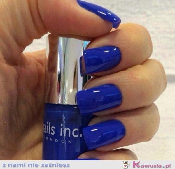Cudne niebieskie paznokcie