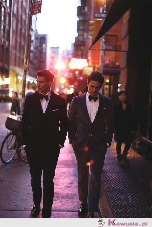 Dwóch eleganckich przystojniaków