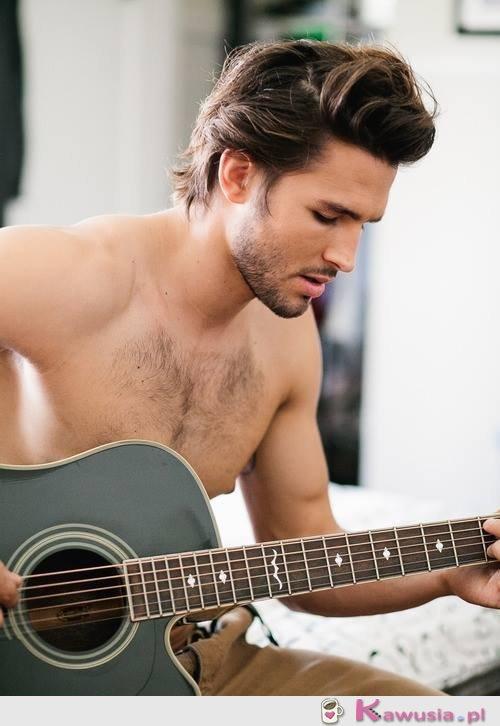 Przystojniak z gitarą