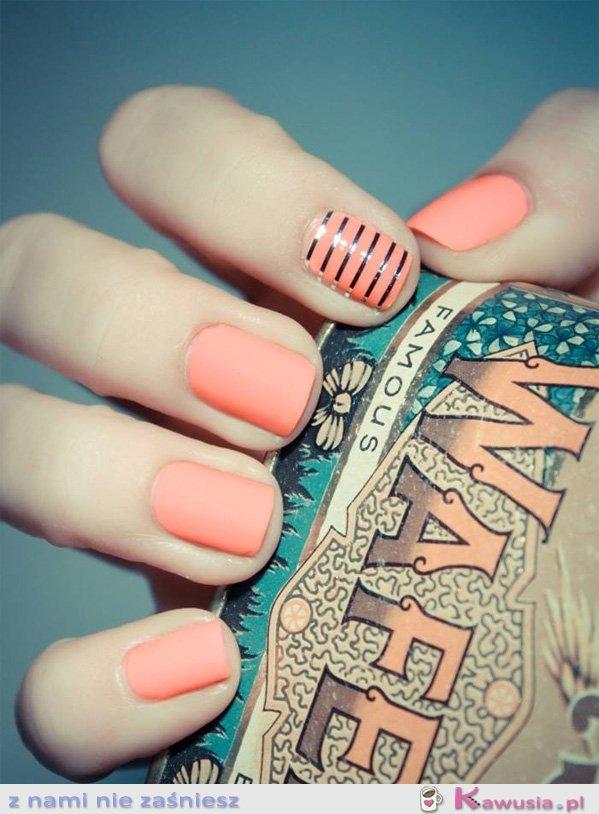 Piękny matowy pudrowy kolor paznokci