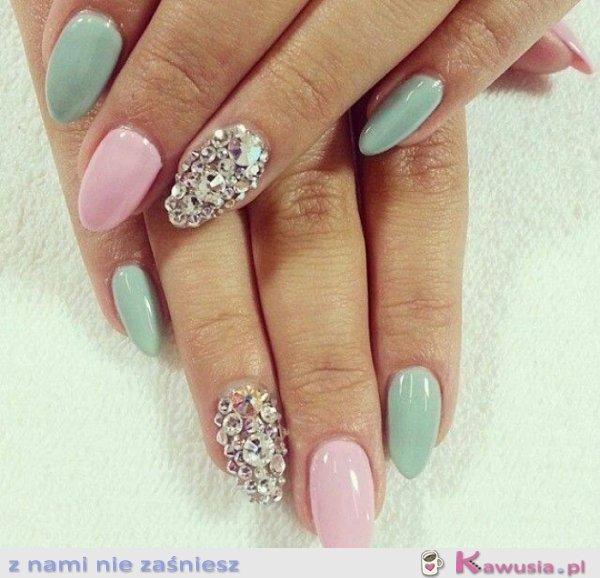 Pastelowe glam paznokcie