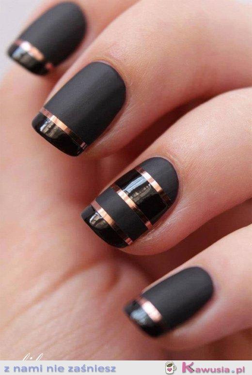 Czarne paznokcie ze złotym akcentem