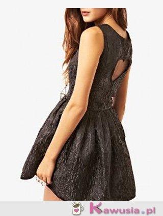 Piękna sukienka z nacięciem w kształcie serca