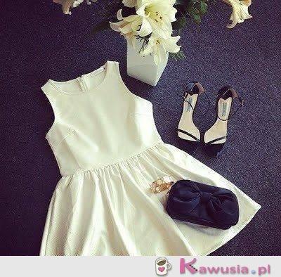 Biała sukienka z dodatkami